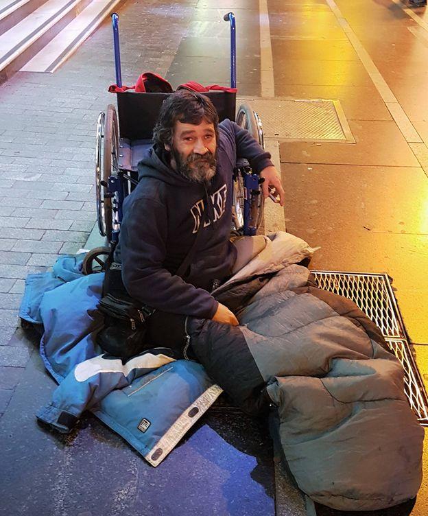 """El mendigo que pide por Twitter y PayPal: """"Soy informático, era lo que podía hacer"""""""