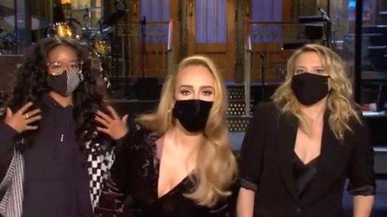 H.E.R., Adele y Kate McKinnon, en 'Saturday Night Live'. (NBC)