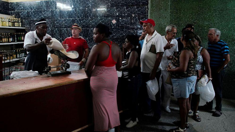 Foto: Ciudadanos cubanos guardan cola para comprar arroz en una tienda estatal en La Habana. (Reuters)
