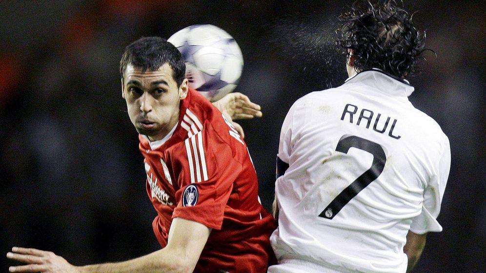 Foto: Arbeloa disputa un balón con Raúl, durante el Liverpool-Real Madrid de Champions en 2009. (EFE)