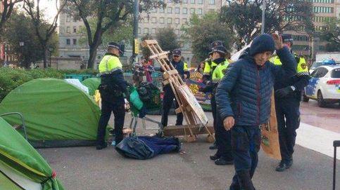 Desalojan a los independentistas acampados en la plaza Cataluña de BCN