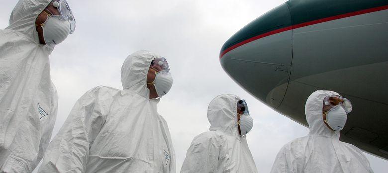 Foto: Miembros del departamento de salud de Hong Kong durante un ejercicio de simulación. (Reuters / Alex Hofford)