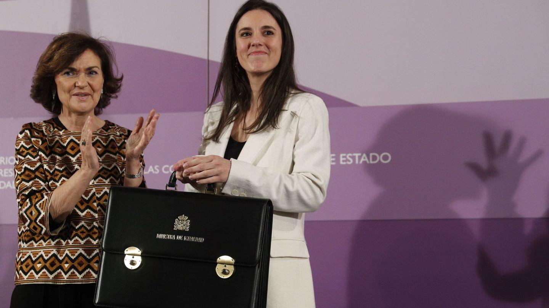 Irene Montero (d), tras recibir la cartera de manos de la vicepresidenta primera Carmen Calvo (i). (EFE)