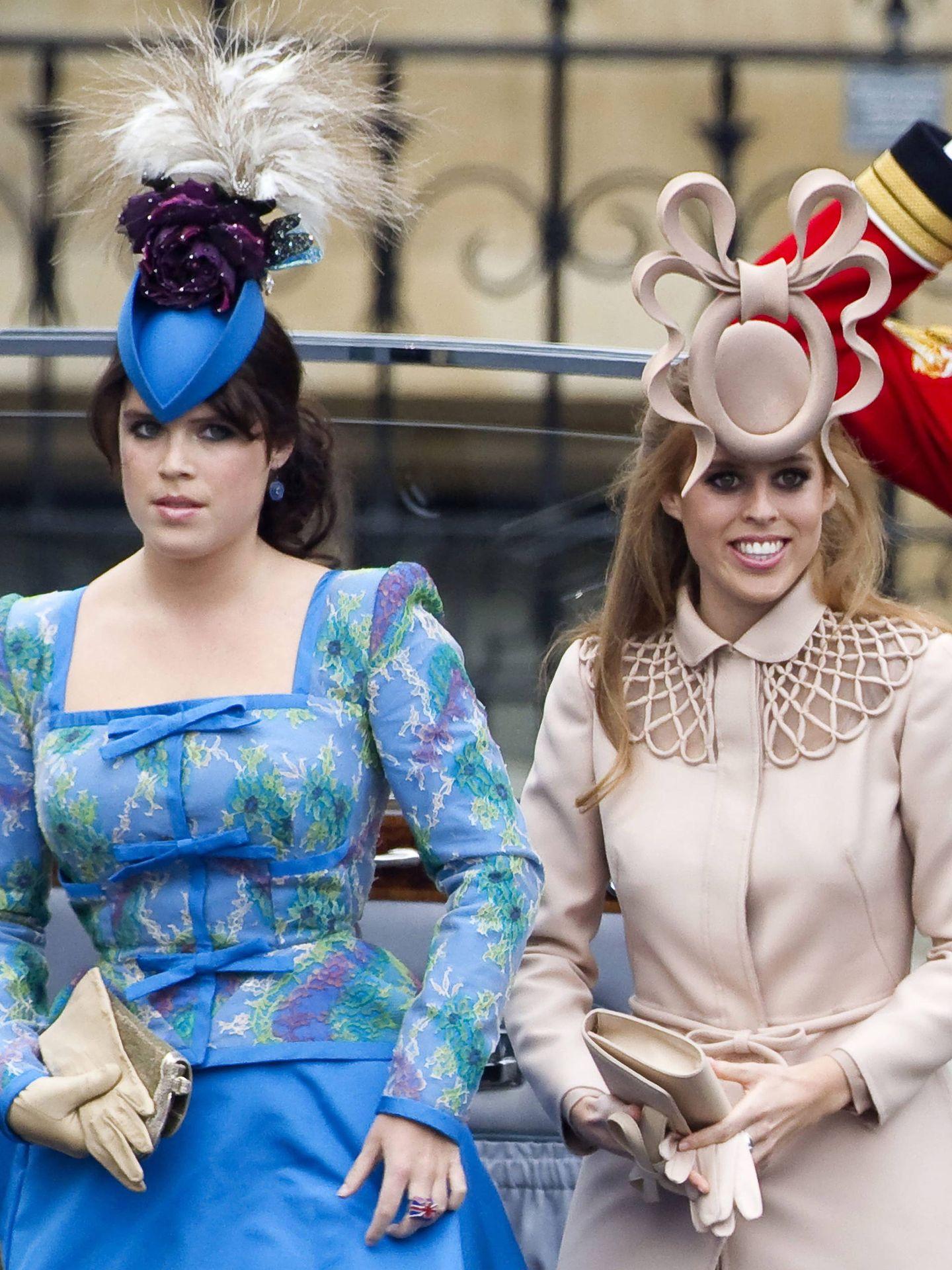 Las princesas Eugenia y Beatriz de York (con tocado de Philip Treacy) en la boda del príncipe Guillermo y Kate Middleton en 2011 en Londres. (EFE)
