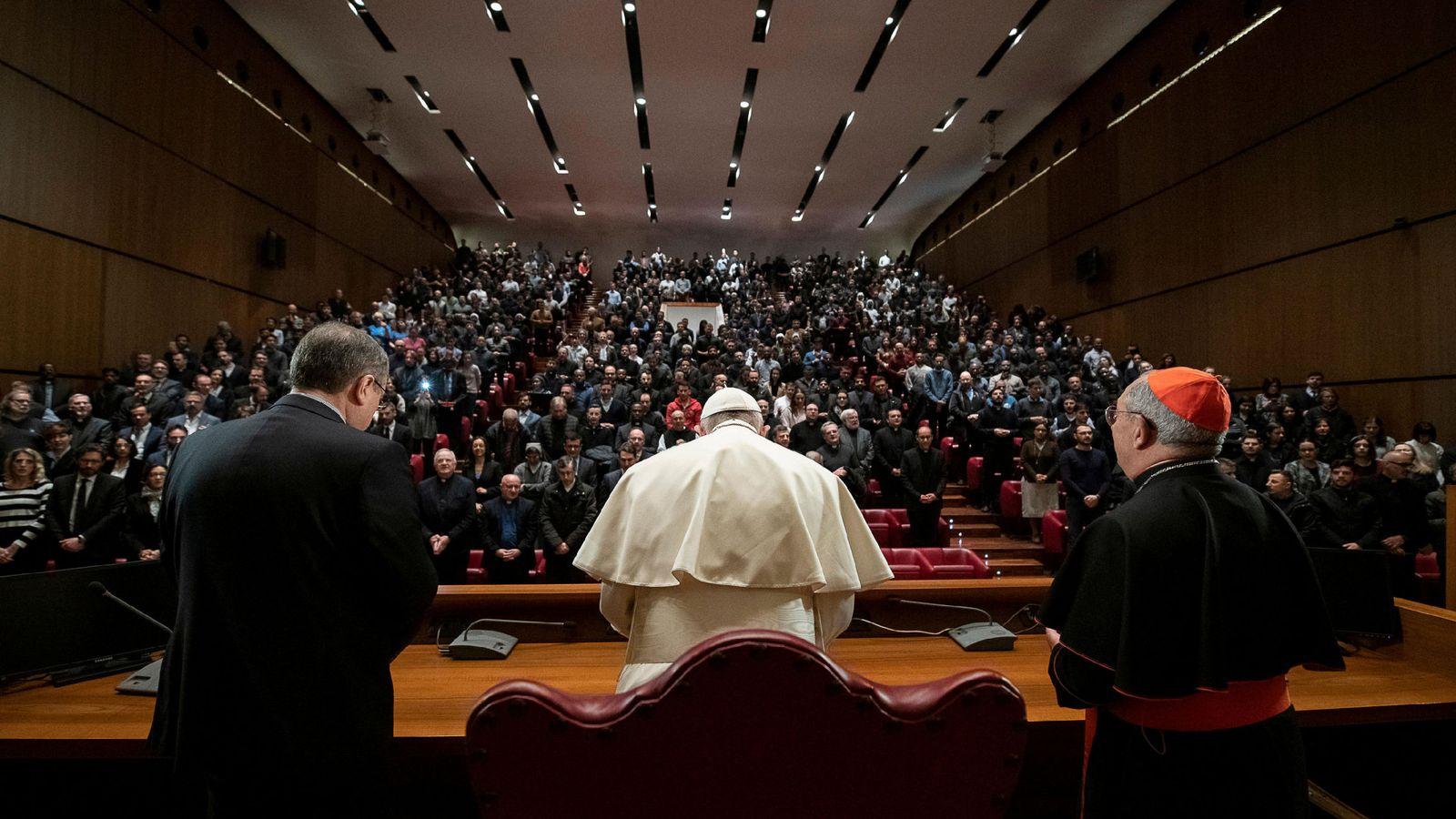 b3d6f2584 La razón por la que el papa Francisco no quiso que le besaran el anillo