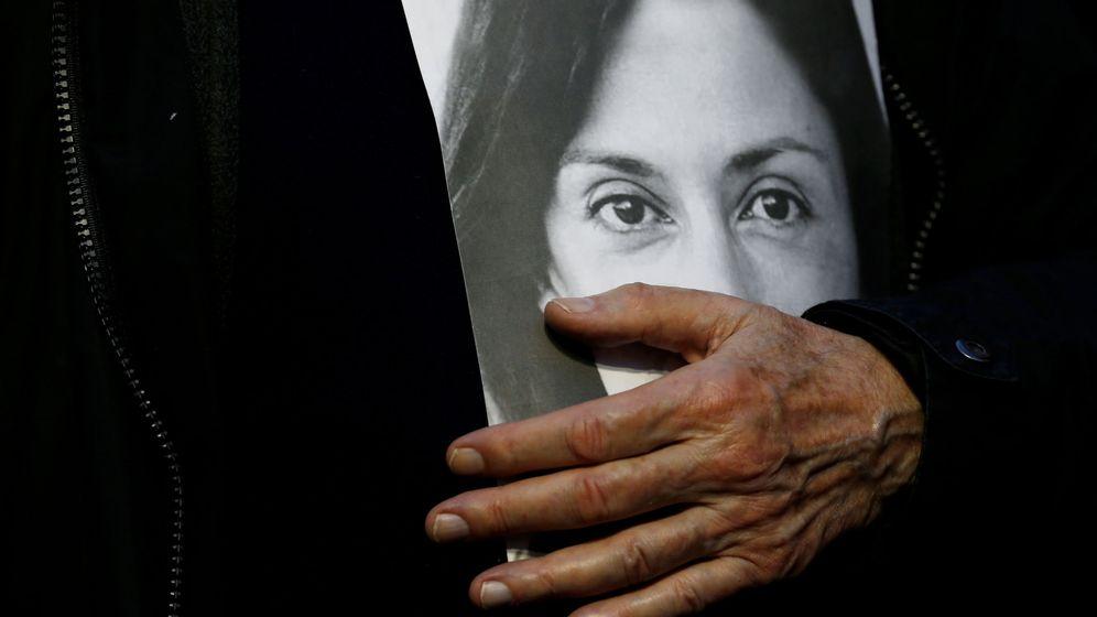 Foto: Michael Vella, padre de Daphne Caruana Galizia, con un retrato de su hija (Reuters)