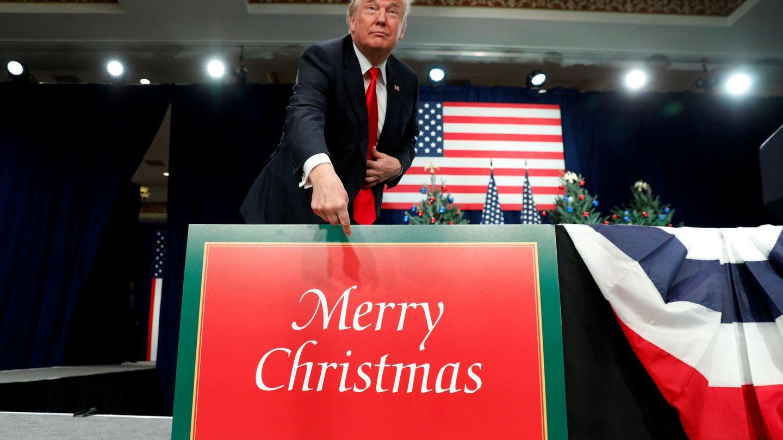Donald Trump señala un cartel navideño durante un acto sobre la reforma fiscal en St. Louis, Missouri, el 29 de noviembre de 2017. (Reuters)