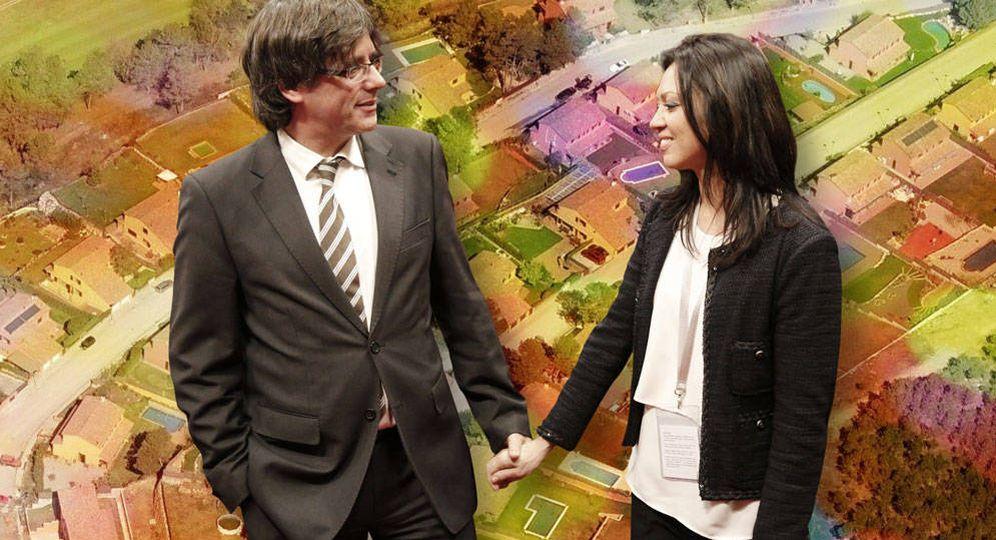 Foto: Carles Puigdemont y Marcela Topor con su vivienda en Girona de fondo. (Vanitatis)
