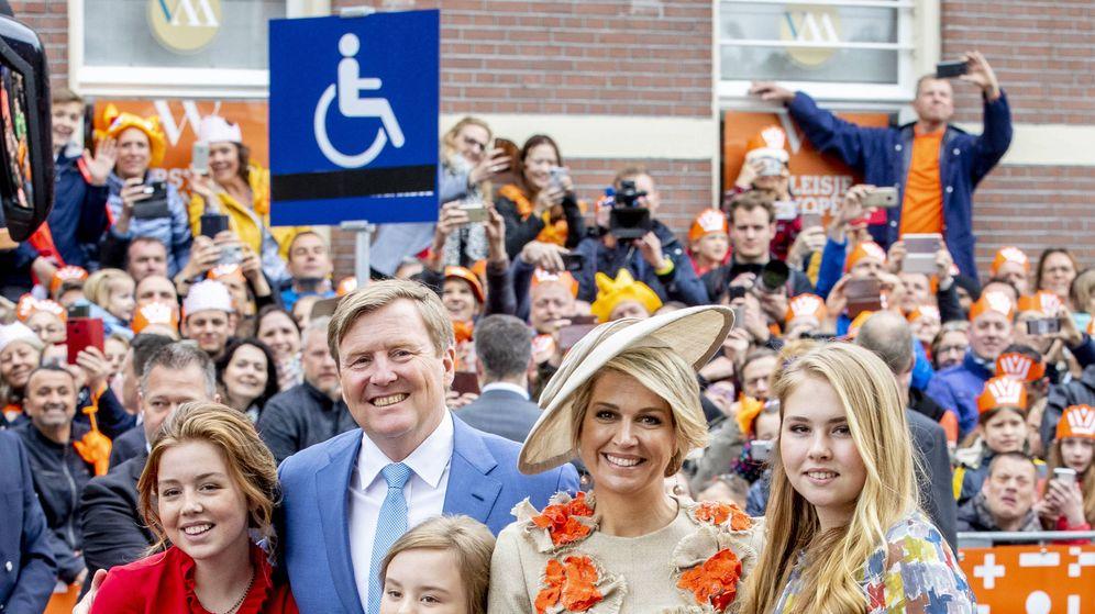 Foto: Lo reyes de Holanda y sus hijas en el Día del Rey. (Getty)