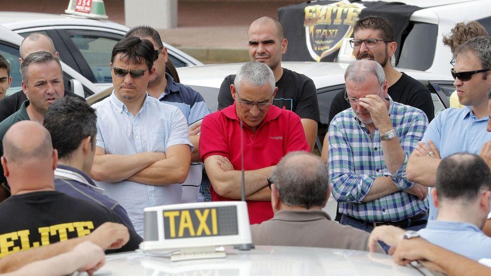 Foto: Varios taxistas de Santiago de Compostela continúan con la huelga para protestar por la situación laboral. (EFE)
