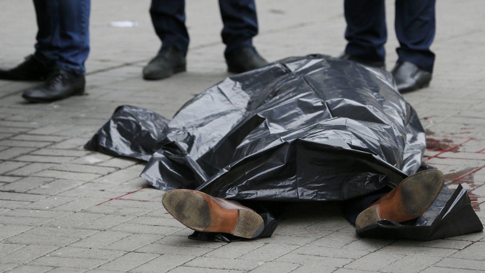 Foto: El cuerpo de Denis Voronenkov, cubierto tras ser asesinado. (Reuters)
