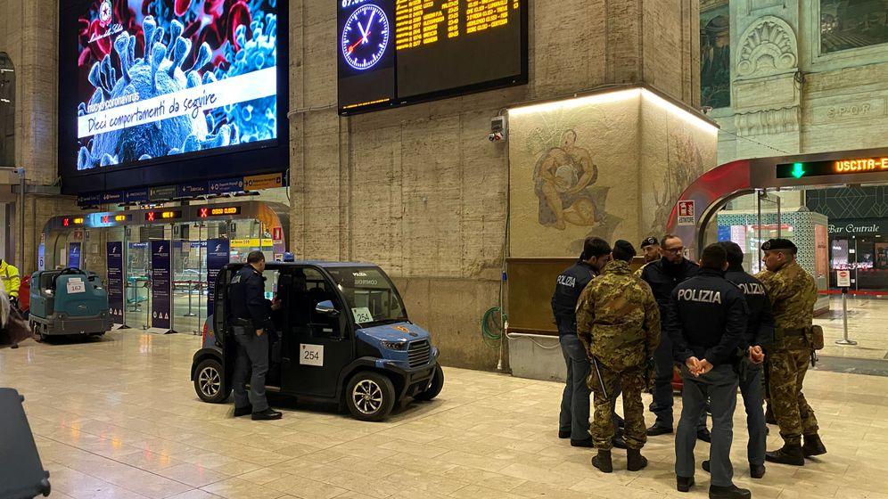 Foto: Militares y policías dentro de una estación de tren de Milán. (Reuters)
