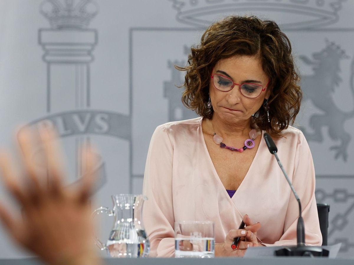 Foto:  La portavoz del Gobierno y ministra de Hacienda, María Jesús Montero, durante la rueda de prensa tras el Consejo de Ministros celebrada en el Palacio de la Moncloa, en Madrid. (EFE)