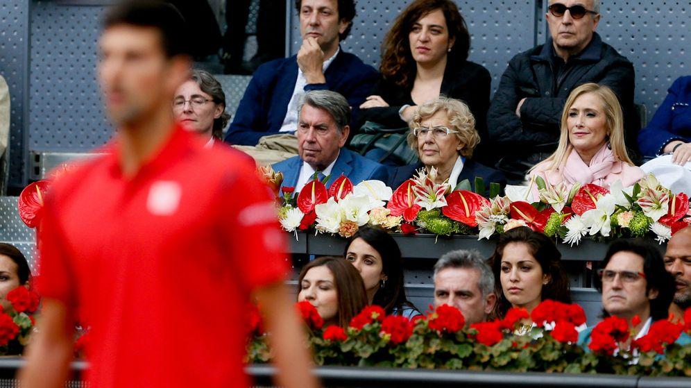Foto:  El extenista Manolo Santana (c) junto a la alcaldesa de Madrid, Manuela Carmena (2d) y la presidenta de la Comunidad, Cristina Cifuentes, durante el torneo de tenis de Madrid. (EFE)