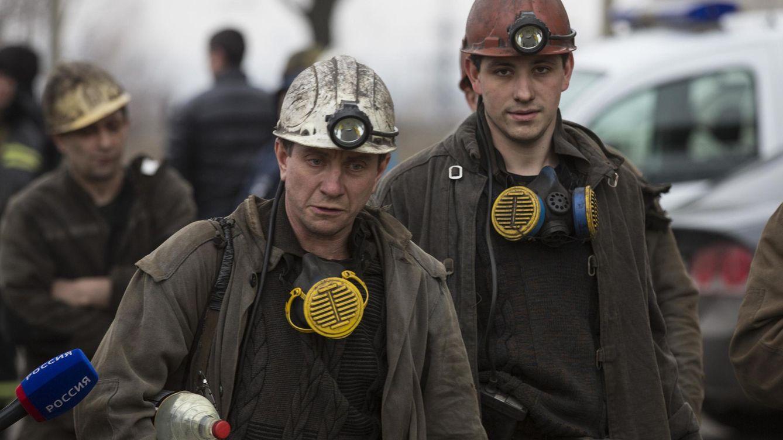 Foto: Mineros ayudan a rescatar a sus compañeros todavía atrapados en la mina de carbón que ha explotado en Donetsk (REUTERS)