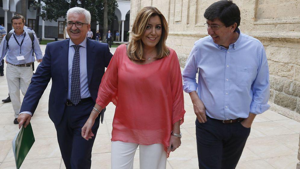 Foto: La presidenta de la Junta de Andalucía, Susana Díaz, acompañada por su vicepresidente Manuel Jiménez Barrios (i) y el portavoz de Ciudadanos, Juan Marín, el pasado 20 de octubre. (EFE)