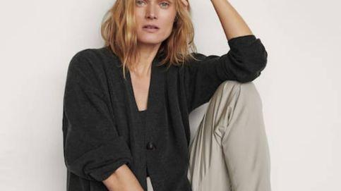 La chaqueta y el top de Massimo Dutti para desprender sensualidad hasta dentro de casa