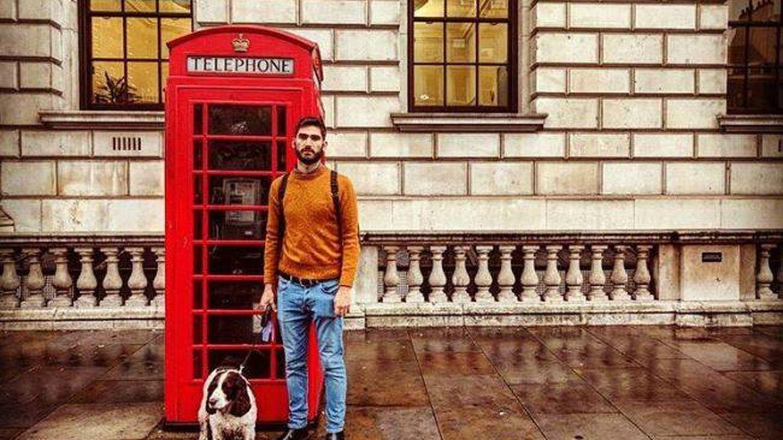 Mariano Rebattini en Londres, acompañado de la mascota a la que tuvo que cuidar. (Instagram)