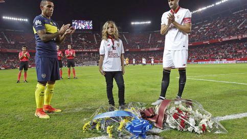 Aitor, hijo del sevillista Antonio Puerta, luce su zurda en el homenaje ante Boca