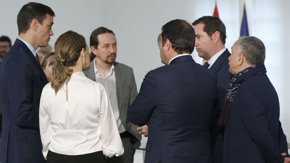 Foto: Pedro Sánchez firma con patronal y sindicatos el acuerdo para subir el SMI a 950 euros brutos mensuales en 2020. (EFE)