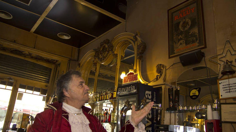 Carlos Raluy, del Circo Histórico Raluy, en el interior del London Bar. (Foto: Jesús M. Atienza)