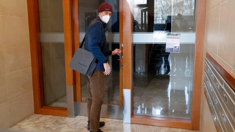 Iñaki Urdangarin, llegando a su nuevo trabajo en Vitoria. (Gtres)