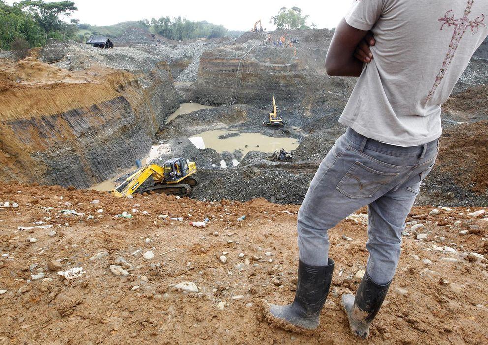 Foto: Un hombre observa unos trabajos de rescate en una mina de oro ilegal en Santander de Quilichao, al sur de Colombia. (Reuters)
