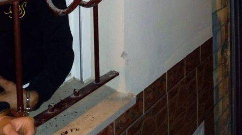 Un guardia civil en pijama y bata detiene a dos ladrones que robaban en un bar