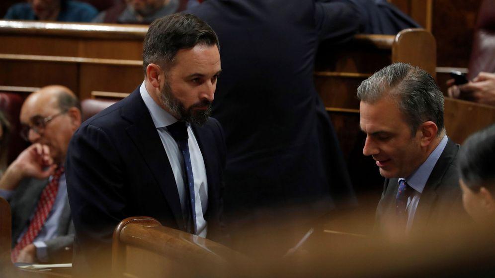 Foto: El presidente del partido de extrema derecha español Vox, Santiago Abascal (2i), y el diputado Javier Ortega Smith (d). (EFE)