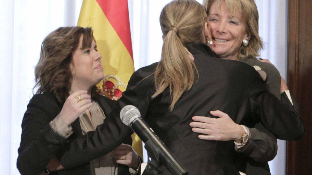 Foto: Saludo entre Soraya Sáenz de Santamaría, Cristina Cifuentes y Esperanza Aguirre. (EFE)