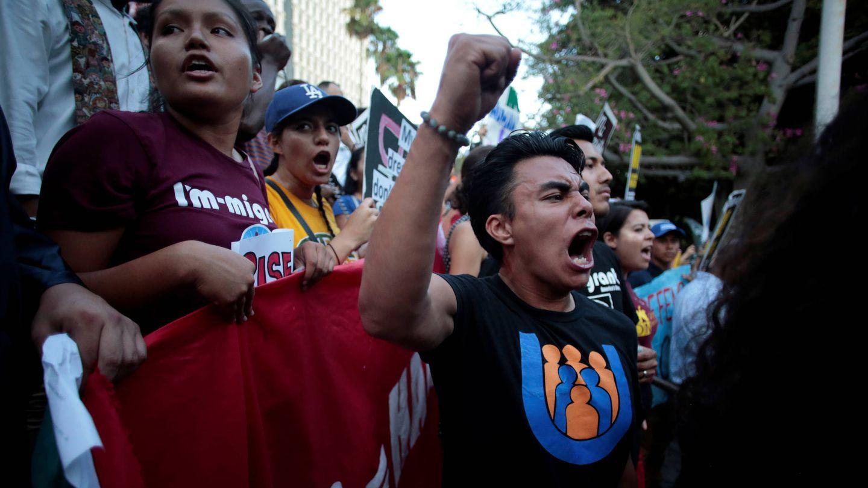 Ángel Leonel Gutiérrez protesta contra la eliminación del DACA en Los Ángeles, California. (Reuters)