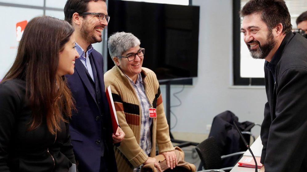 Foto: El coordinador federal de IU, Alberto Garzón (c-iz), conversa con Sira Rego, Nuria Lozano y Carlos Sánchez Mato. (EFE)
