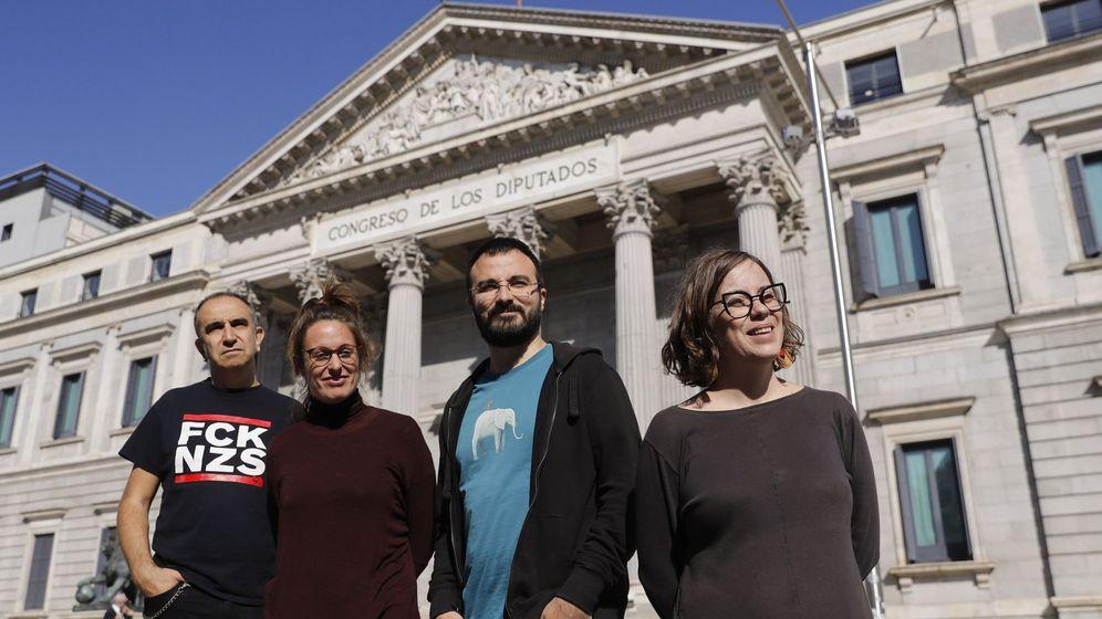 Foto: Los miembros de la CUP Francesc Gabarrell, Mireia Vehí, Albert Botran y Eulàlia Reguant posan frente al Congreso de los Diputados durante la presentación de su candidatura en Madrid. (EFE)