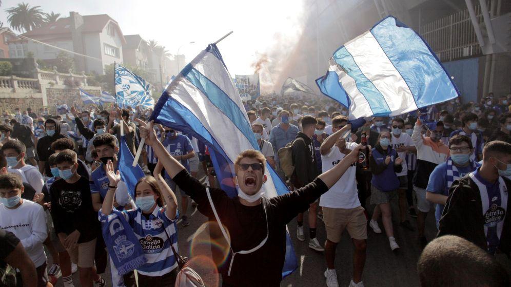 Foto: Cientos de aficionados del Deportivo se han congregado a las afueras de Riazor para apoyar al equipo (Efe)