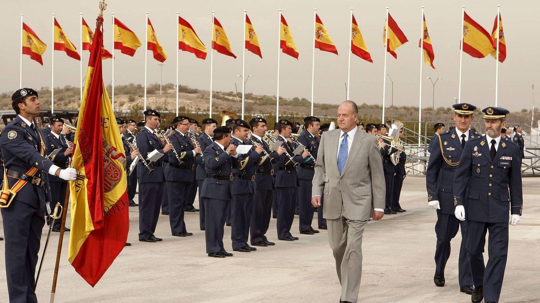 Don Juan Carlos, en 2009, junto al entonces jefe del Estado Mayor de la Defensa (Jemad), el general José Julio Rodríguez. (EFE)