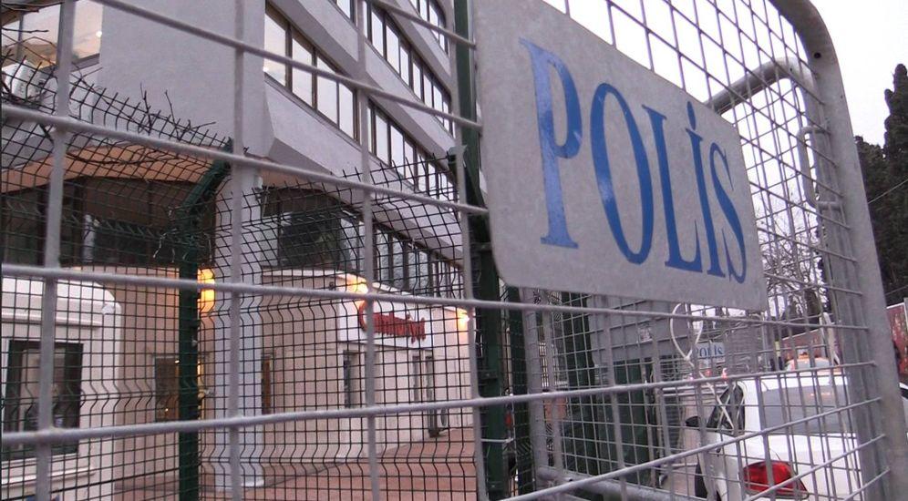 Foto: Las oficinas del diario Cumhuriyet, acordonadas por vallas policiales (Foto: P. Cebirán).