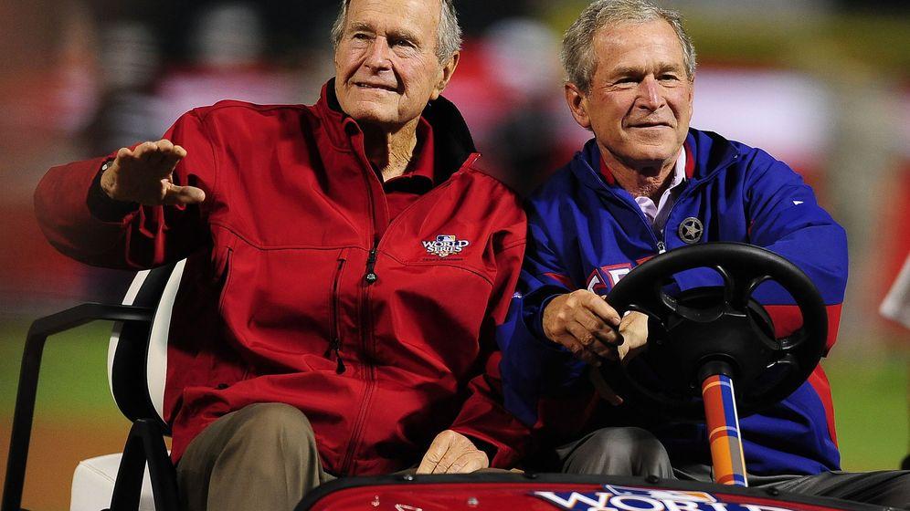 Foto: Bush padre e hijo en una imagen de 2010. (Reuters)