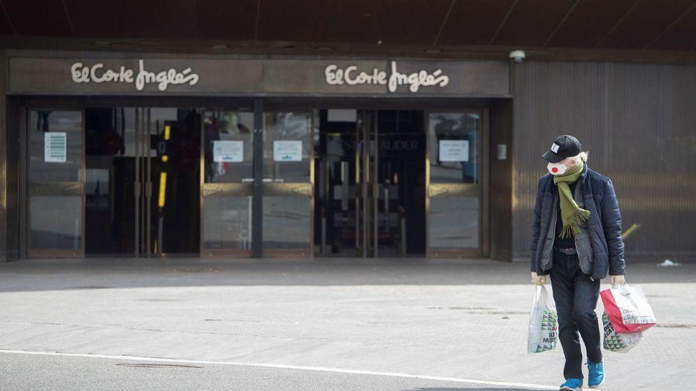 Foto: Una mujer camina frente a un centro de El Corte Inglés, en Barcelona. (EFE)