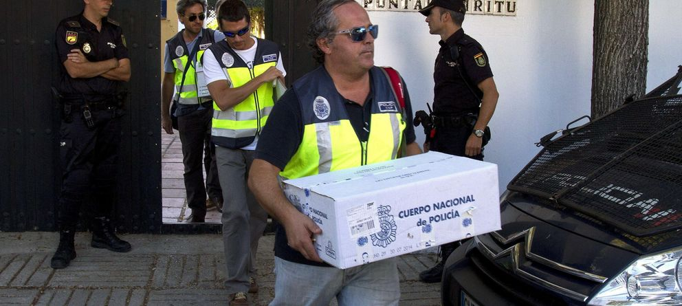 Foto: Registro de una casa durante la Operación Edu (Efe)