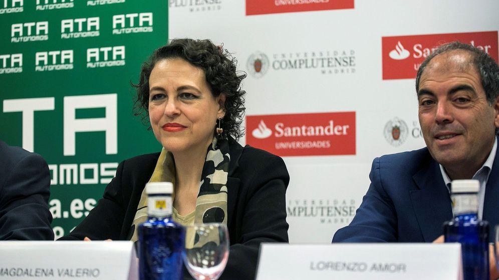 Foto: La ministra de Trabajo, Magdalena Valerio (2i), y el presidente de la Asociación de Trabajadores Autónomos (ATA), Lorenzo Amor (2d). (EFE)