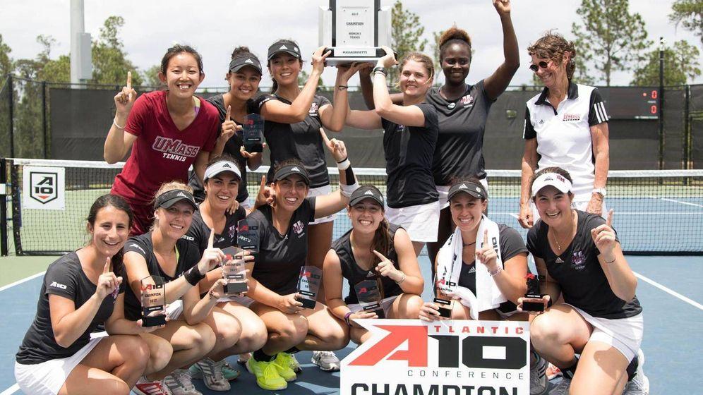 Foto: El equipo femenino de tenis de UMass, tras ganar la A10.