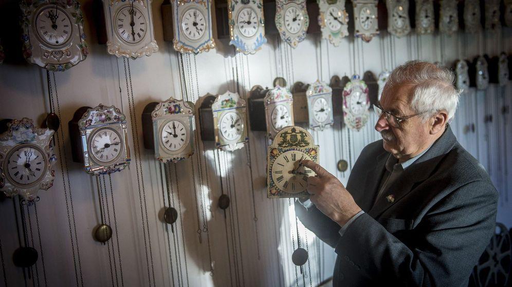 Foto: El húngaro Bela Hatvani cambia la hora el pasado octubre. (EFE)