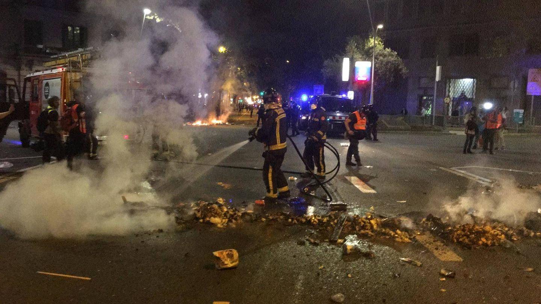 Los bomberos apagan las barricadas. (Marcos García Rey)