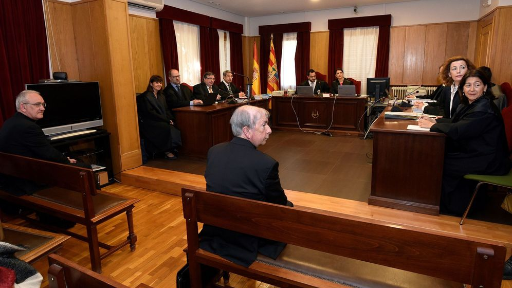 Foto: El obispo de Barbastro-Monzón, Ángel Pérez (i) y el obispo de Lérida Salvador Gímenez, en el juicio. (EFE)