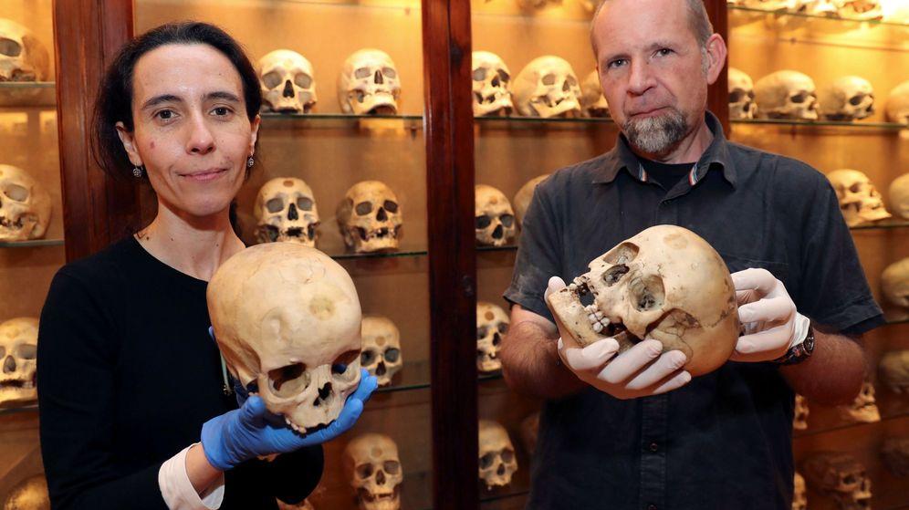 Foto: La conservadora del Museo Canario, Teresa Delgado, y el arqueólogo de la Universidad de Las Palmas Javier Velasco. (EFE)