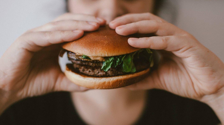 Alimentos adictivos que pueden impedirte perder peso. (@vmxhu para Unsplash)