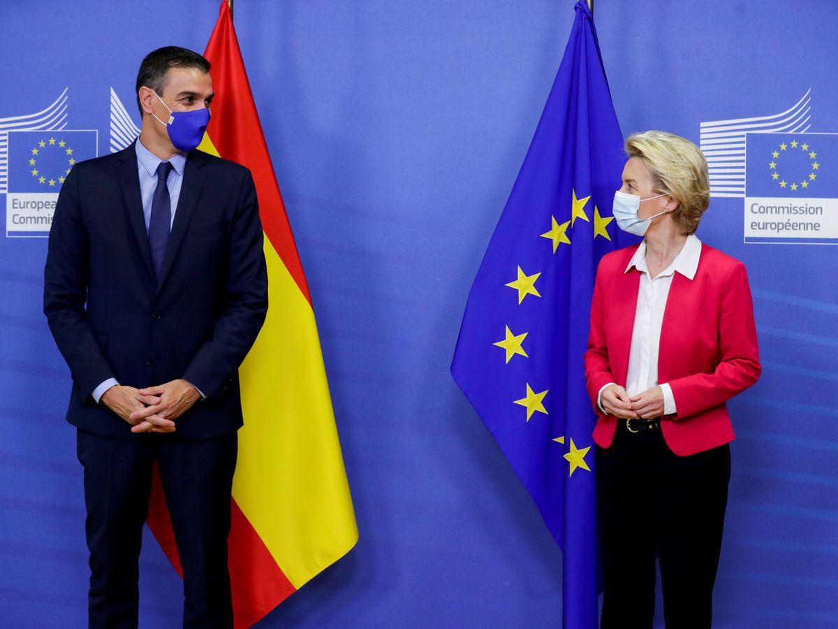 Foto: Pedro Sánchez junto a la presidenta de la CE, Ursula Von der Leyen. (Reuters)