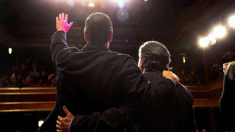 Pedro Sánchez y Pepu Hernández saludan a los militantes y cargos socialistas reunidos en el teatro La Latina, este 3 de febrero. (EFE)