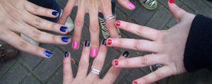 Foto: Pinte sus uñas con fuertes tonos