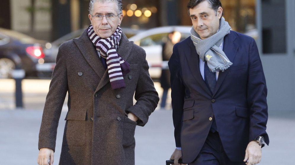 Foto: Francisco Granados junto a su abogado. (EFE)